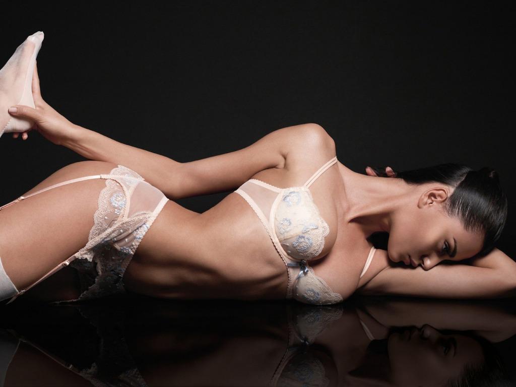 Catrinel Menghia sensual