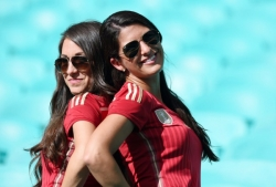 Sport Wallpaper - World Cup 2014 - Spain fans - 2 beautiful ladies