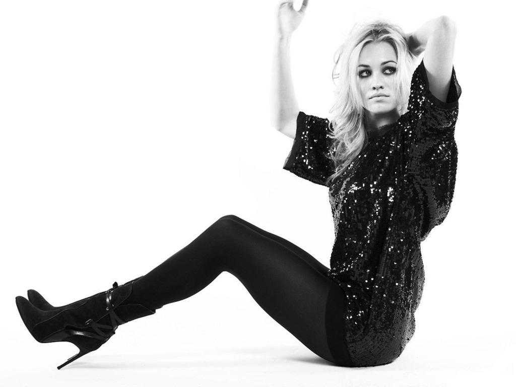 Yvonne Strahovski in black