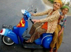 Funny photos - Chatter with super man bike