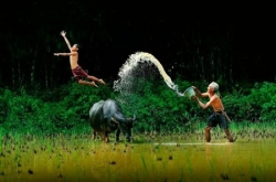 Funny photos - Vietnamese Boy and his grandfather