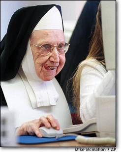 Funny photos - Nun with internet