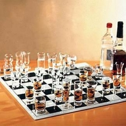 Funny photos - Play chess with a drinker