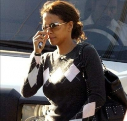 Funny photos - Halle Berry
