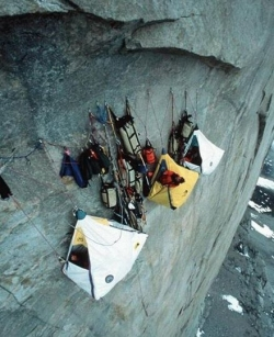 Funny photos - Camping on cliff