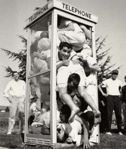 Funny photos - Crowded phone booth