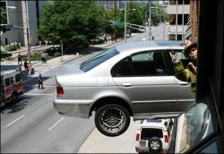 Funny photos - Hanging car