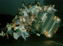 Funny photos - The bus is overloaded