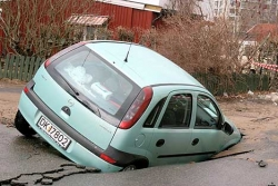 Funny photos - Sinking car on the road