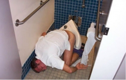 Funny photos - Drunk in the toilet