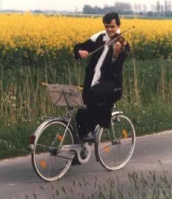 Funny photos - Violin artist