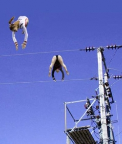 Funny photos - High wire gymnastics